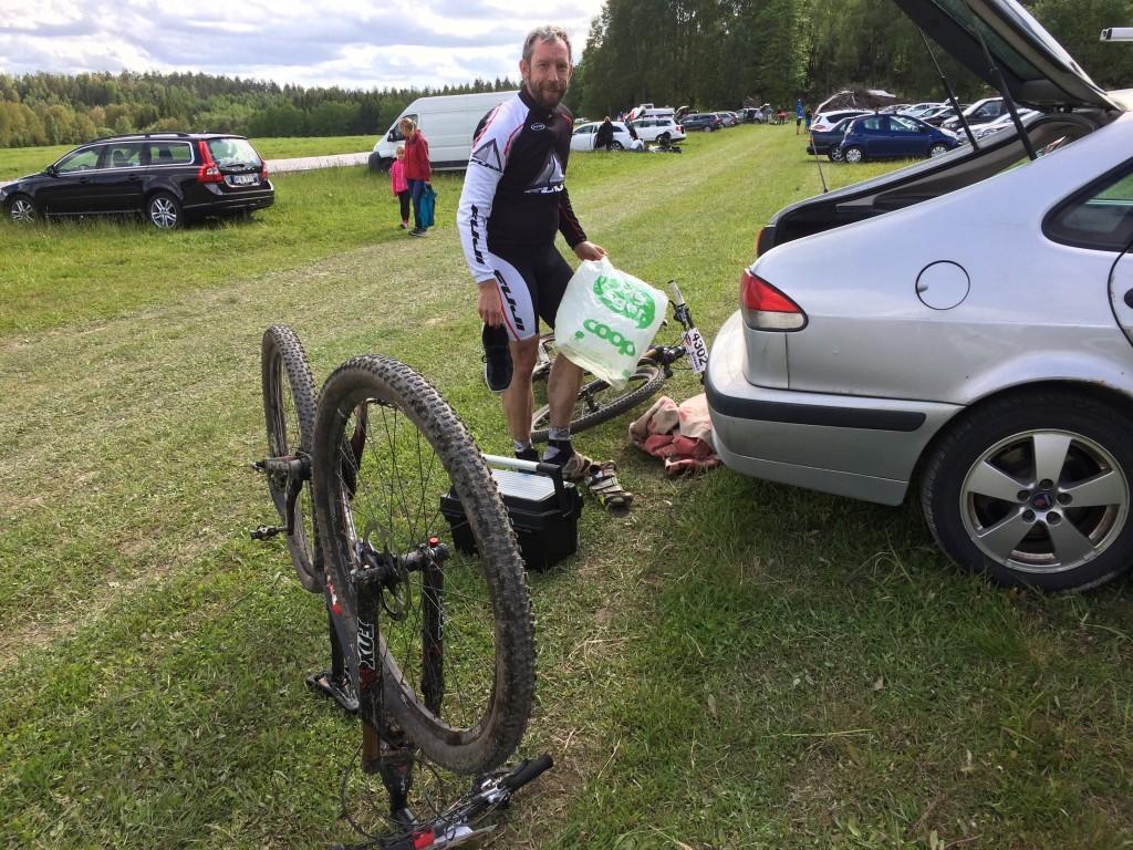 En nöjd men trött Hasse och ett stycke skitig cykel.