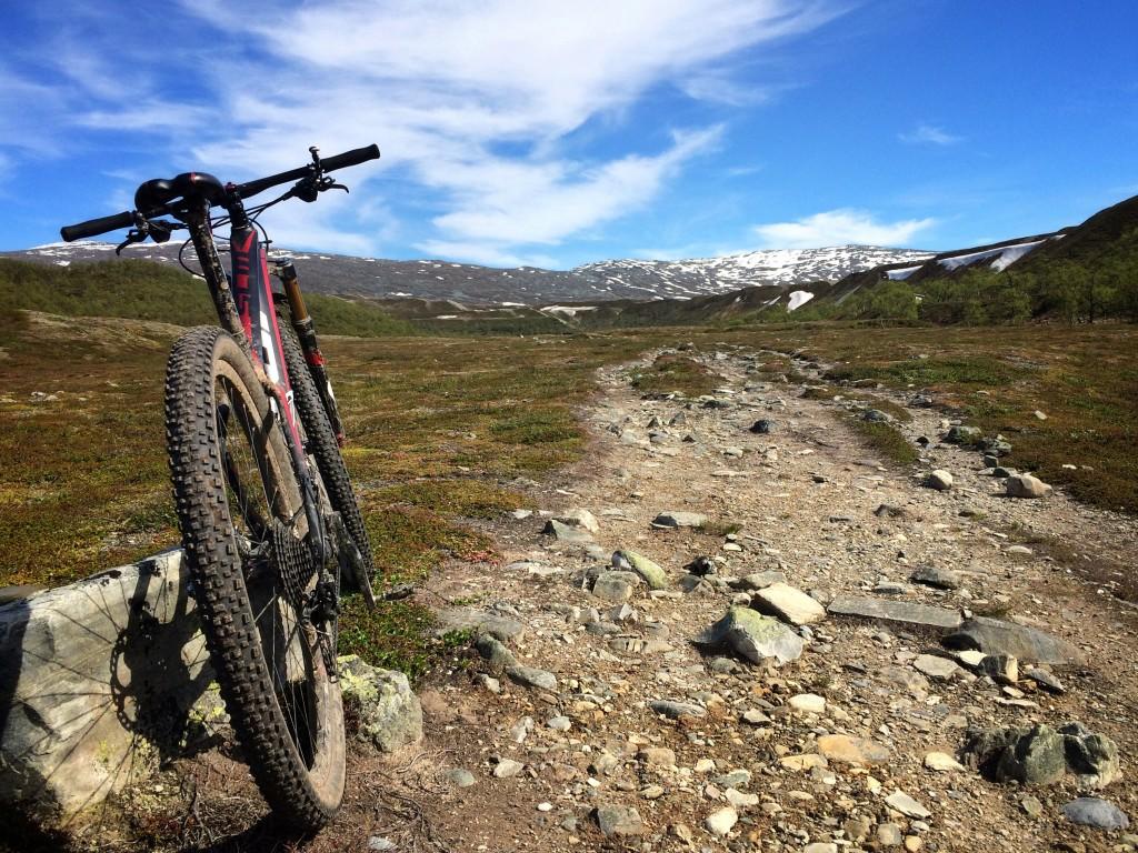 """Långt där borta ligger Isjödalen och """"kungens jaktstuga"""" Ett otroligt häftigt landskap."""