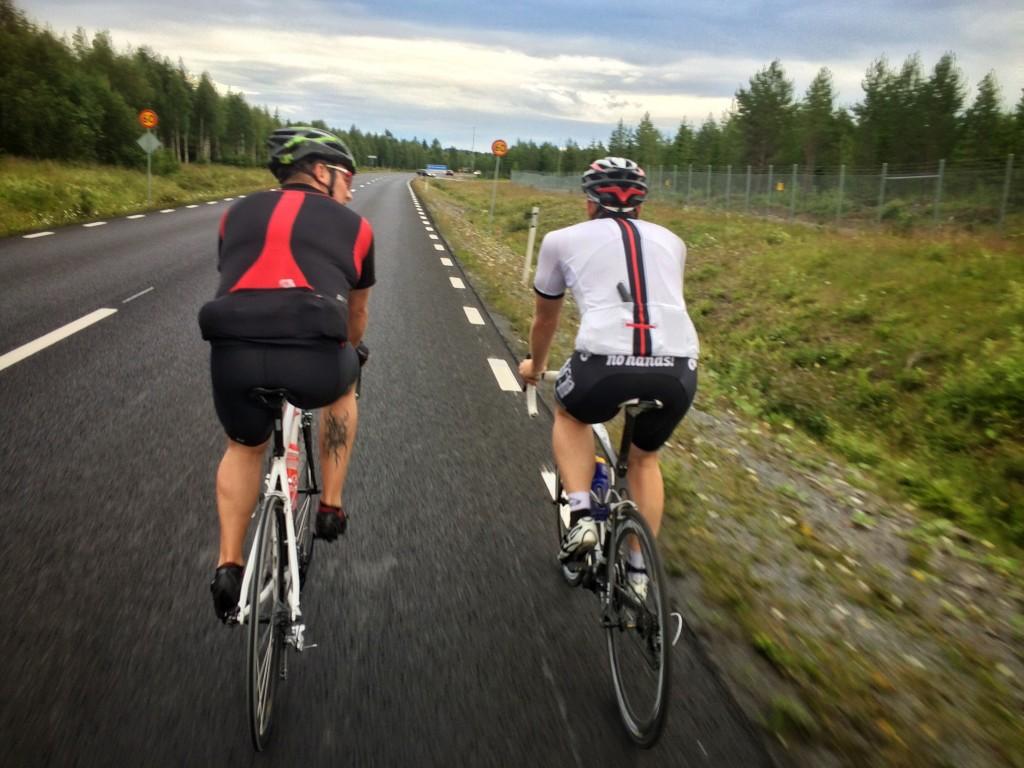Stefan och Hasse på fin nylagd asfalt utefter flytgrakan. Mumma för cyklister