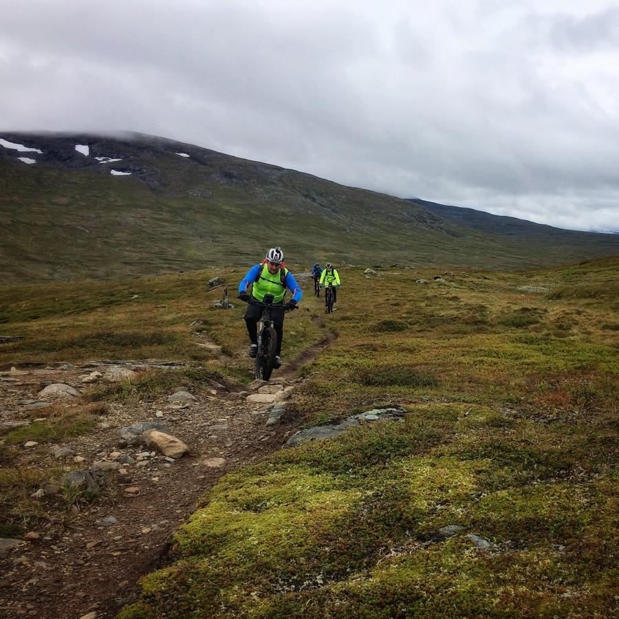 Stefan, Mattias och Hasse på väg för Östra Enådalshöjden. Martin som hade lite mer fart i benen väntade längre upp.